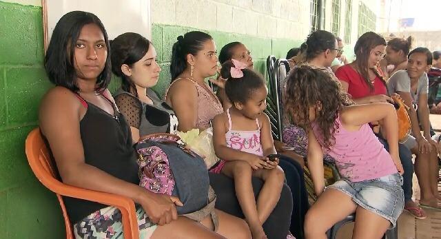 Pais dormem na fila para tentar matrículas em escolas públicas do DF