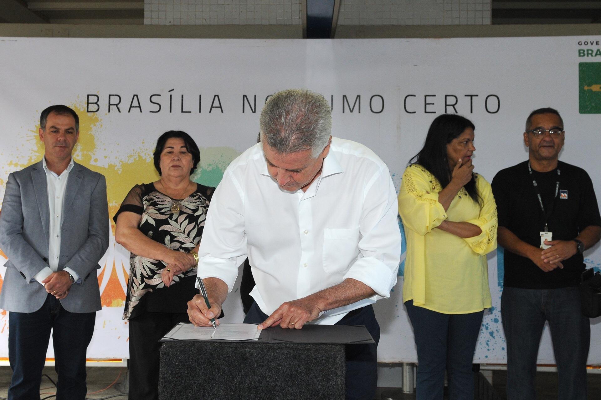 Governador assina ordem de serviço para conclusão da Estação Estrada Parque