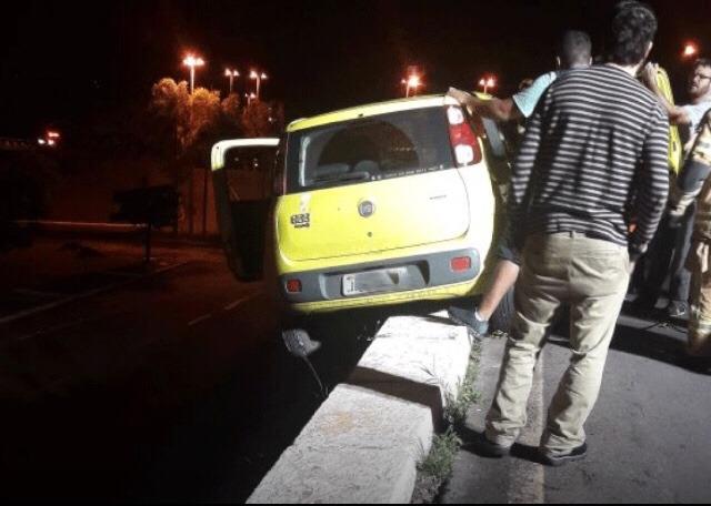 Carro fica pendurado em pista perto da Esplanada dos Ministérios