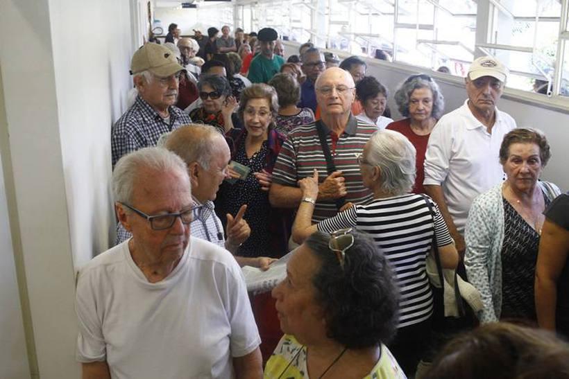 Brasilienses formam longas filas no primeiro dia de vacinação contra gripe