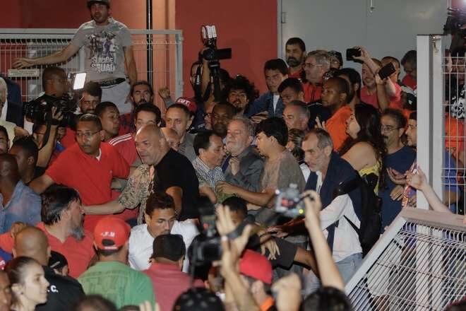 Lula se entrega e já está cumprindo pena na PF em Curitiba