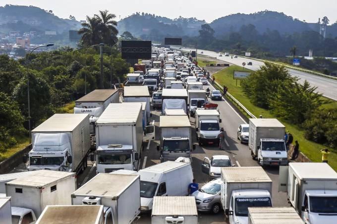 Ministro do STF autoriza uso de força para desbloqueio de rodovias e impõe multa a quem descumprir decisão