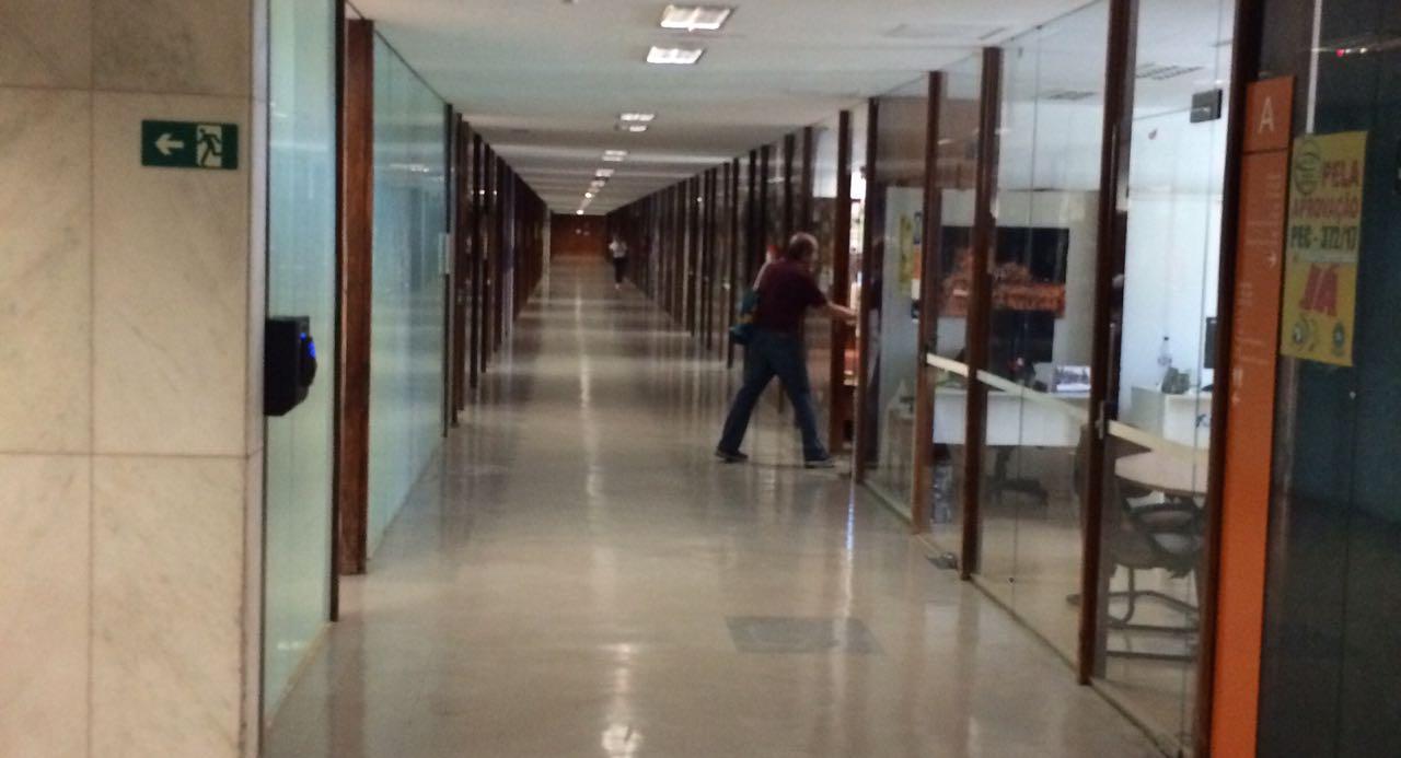 O Fino da Política – Distrital circula nos corredores da Câmara dos Deputados pedindo votos