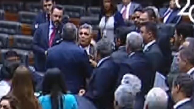 O clima esquentou no plenário da Câmara entre Bessa e Fraga após críticas a Ibaneis
