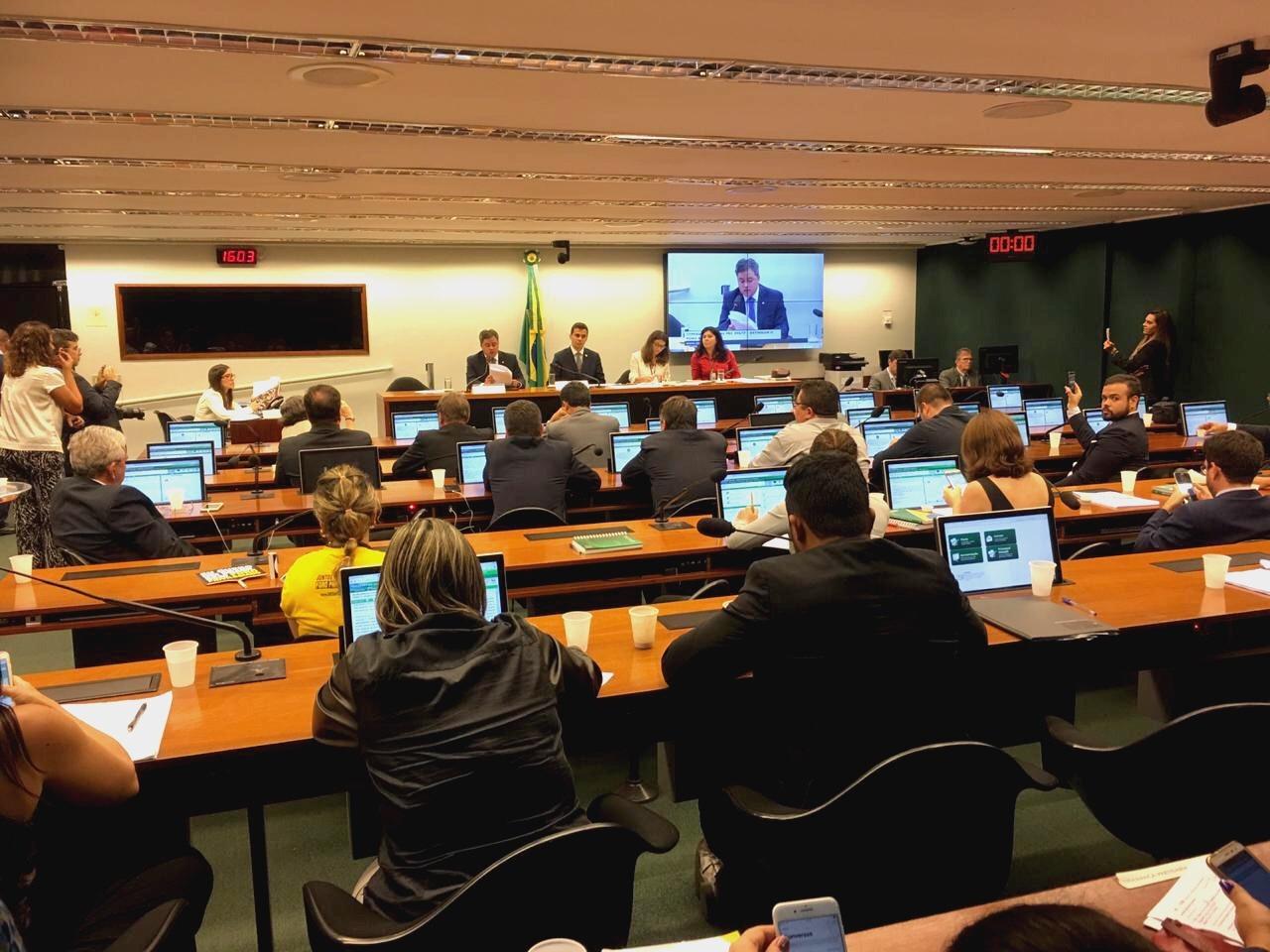 Efraim Filho apresenta parecer e mantém texto do Senado para acabar com o Foro Privilegiado