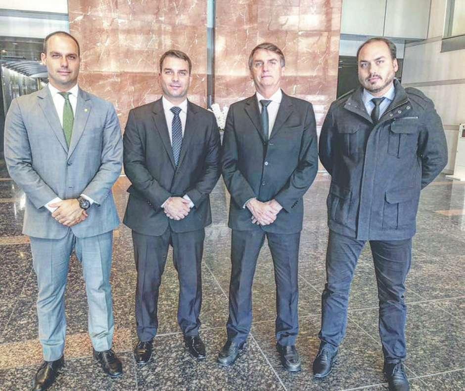 Após caso do ex-motorista, família Bolsonaro volta aos holofotes com Bebianno e PSL