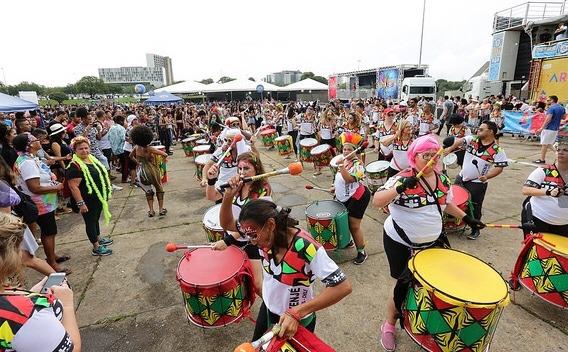 Bloco Encosta que Cresce agita a segunda de Carnaval