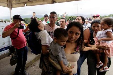Venezuelanos rompem barricada para cruzar fronteira com a Colômbia