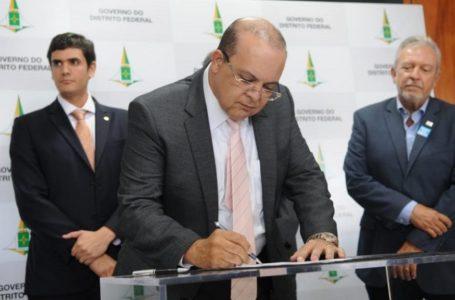 Ibaneis formaliza doação de todo seu salário para a Casa do Ceará