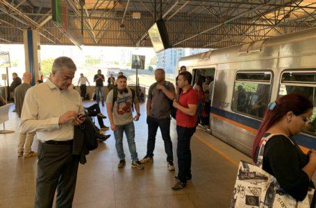 Metrô parado devido à trilhos rachados entre as estações Shopping e Asa Sul