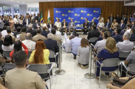 REAJUSTE SALARIAL   GDF assina proposta de aumento para PM e Bombeiros