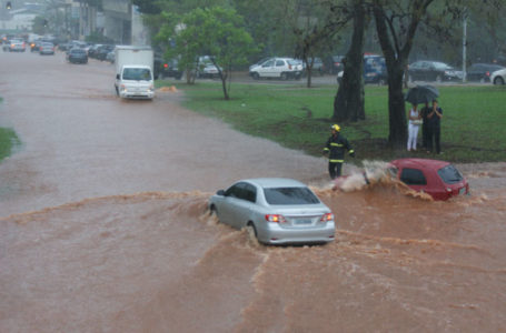 CUIDADO COM AS CHUVAS | GDF age rápido para diminuir impacto da chuva e alerta população para não jogar lixo nas ruas