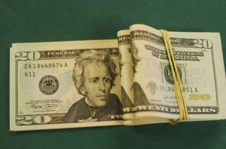 EM QUEDA | Dólar cai para R$ 4,146 e fecha no menor nível em quase um mês