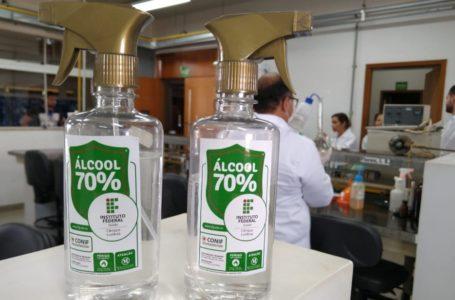 LUZIÂNIA   Alunos e professores do IFG produzem álcool 70% para distribuir à população carente