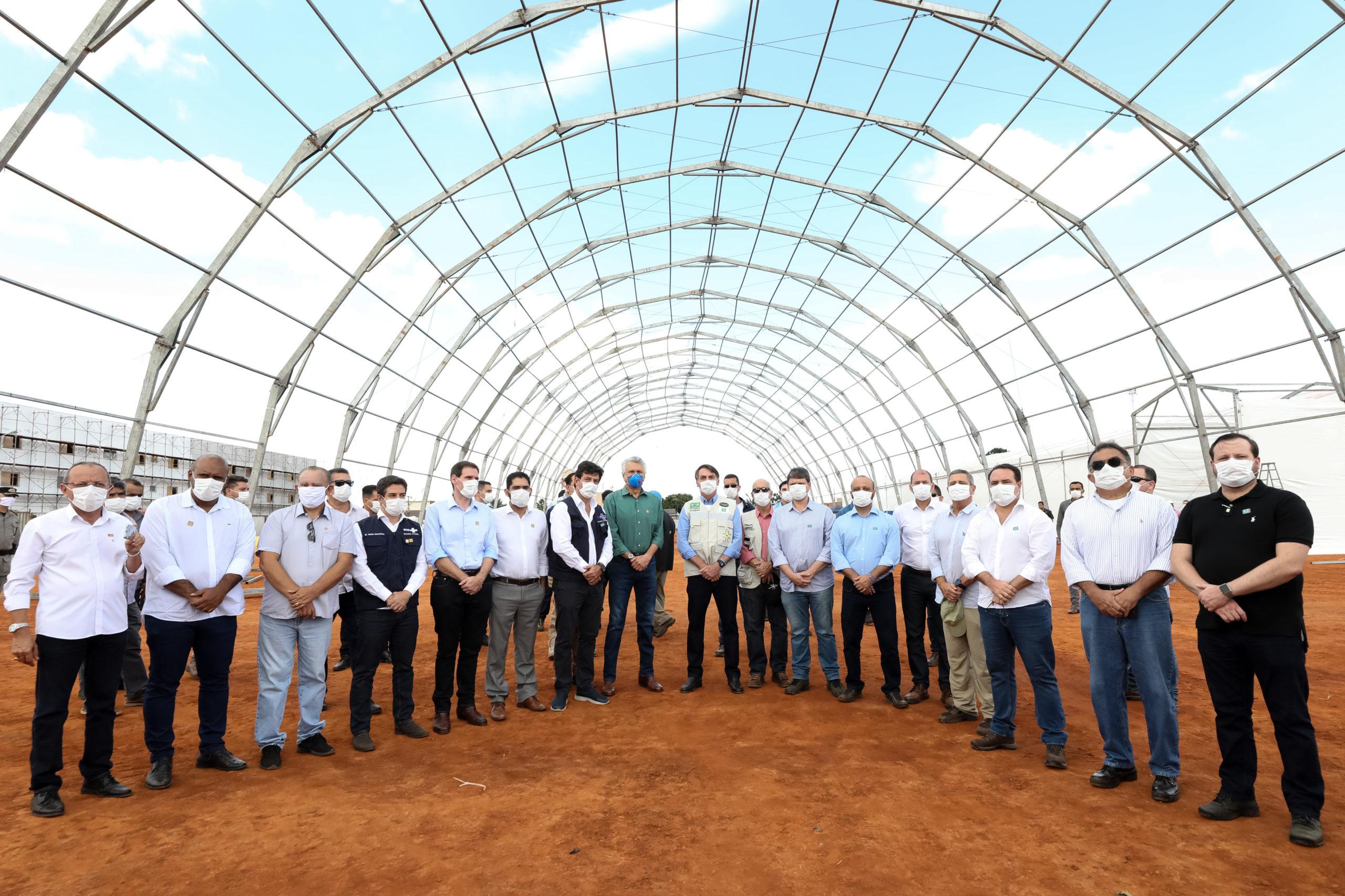 1º DA UNIÃO | Bolsonaro visita obras de hospital de campanha no Entorno