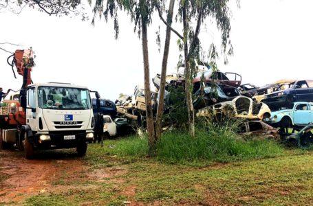 PARA COMBATER A DENGUE | Operação da Administração de Samambaia retira sucata de veículos abandonados nas ruas
