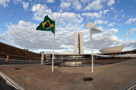 EM SOLIDARIEDADE ÀS VÍTIMAS | Congresso decretou luto de quatro dias pelos 100 mil brasileiros mortos por covid