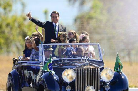 SEM DESFILE MILITAR | Bolsonaro participa da cerimônia da troca da Bandeira Nacional e cumprimenta populares