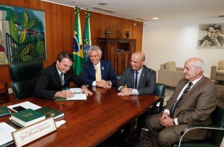 R$ 2 BILHÕES EM INVESTIMENTOS | Bolsonaro assina MP que beneficia montadoras e Caiado espera criar 27 mil empregos em Goiás