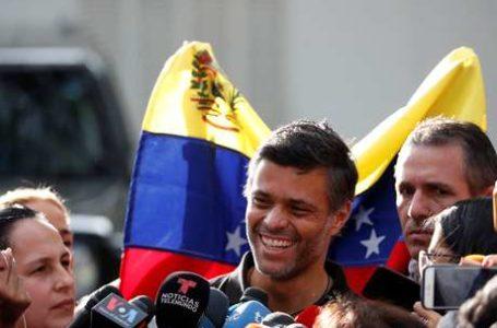 RUMO À COLÔMBIA   Um dos líderes da oposição a Nicolas Maduro, Leopoldo López, deixa a Venezuela