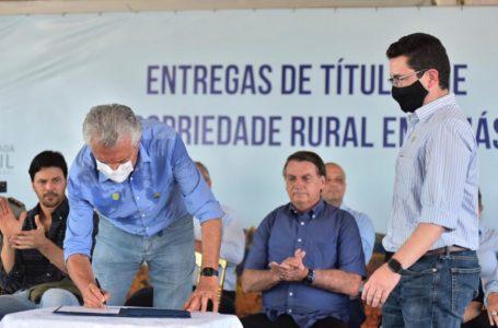 MAIS DE 3,3 MIL ESCRITURAS | Bolsonaro entrega títulos de propriedade rural em Goiás junto com Ronaldo Caiado