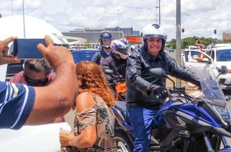 IGNORANDO PEDIDO DE IMPEACHMENT   Bolsonaro passeou de moto neste domingo (24) em Brasília