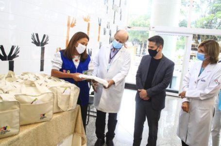 GESTO DE SOLIDARIEDADE | Primeira-dama de Goiás, Gracinha Caiado, visita pacientes de Manaus no Hospital das Clínicas