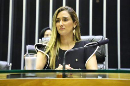 O FINO DA POLÍTICA   Eleição de Flávia Arruda para CMO confirma sua posição de líder no Congresso