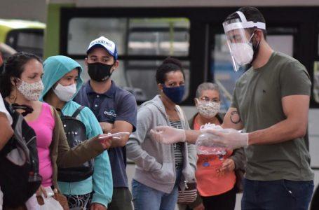 Usuários do transporte coletivo recebem máscaras N95