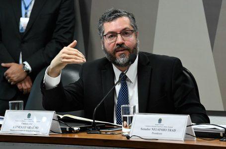 JOGO POLÍTICO E DE INTERESSES | Senadores voltam a pedir a demissão de Ernesto Araújo