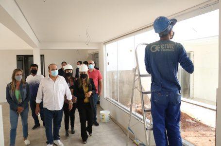 ACOMPANHANDO DE PERTO | Ibaneis vistoria obras de hospitais de campanha e outras unidades de saúde em construção