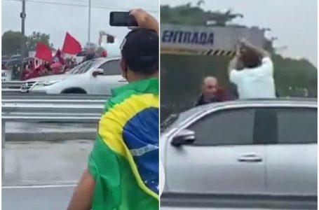 """PROVOCOU ESQUERDISTAS   Bolsonaro faz """"gestos de roubo"""" para manifestantes em Maceió"""