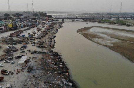 COM RECORDES DE MORTES POR COVID-19 | Corpos são despejados no rio Ganges na Índia