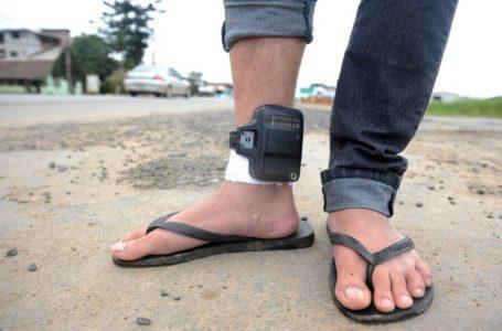 CHEGA DE PREJUÍZO   Governo Caiado propõe que detentos paguem pelo uso de tornozeleiras
