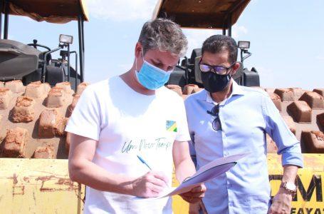 NOVO ASFALTO   Dr. Lucas assina ordem de serviço para pavimentar mais seis ruas do Setor Coimbra em Águas Lindas